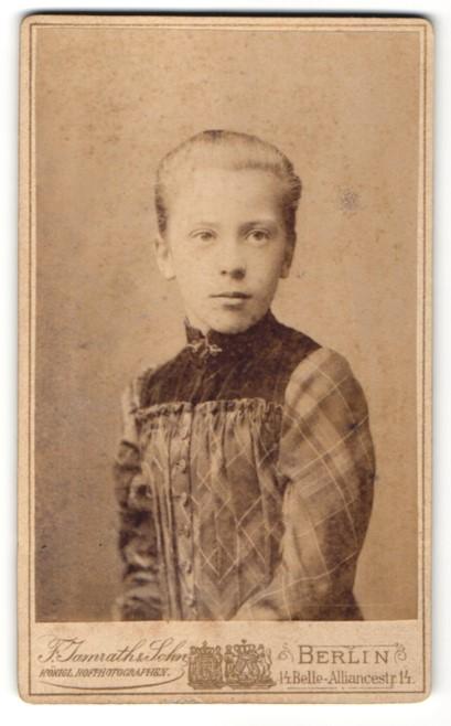 Fotografie F. Jamrath & Sohn, Berlin, Portrait junges Mädchen mit Brosche im modischen Kleid