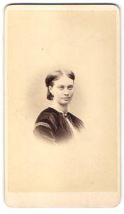 Fotografie J. F. Maurer, Landau / Pfalz, Portrait junge Dame mit Schmuck Halskette & Brosche