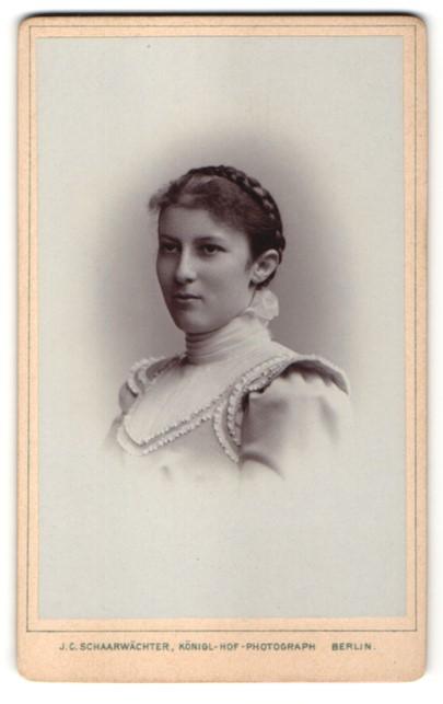 Fotografie J. C. Schaarwächter, Berlin, Portrait hübsche Dame höfisch gekleidet