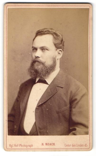 Fotografie H. Noack, Berlin, Portrait Mann mit Vollbart im feinen Zwirn