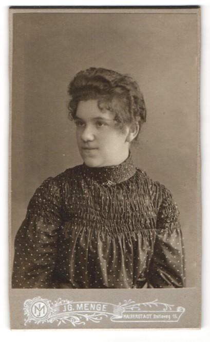 Fotografie Jg. Menge, Halberstadt, Portrait Mädchen trägt modisches Kleid