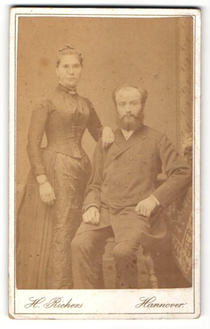 Fotografie H. Richers, Hannover, Ehepaar vornehm gekleidet, Frau mit Brosche & Armreif