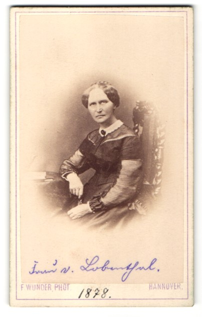Fotografie F. Wunder, Hannover, Edeldame höfisch gekleidet mit Schmuck Brosche