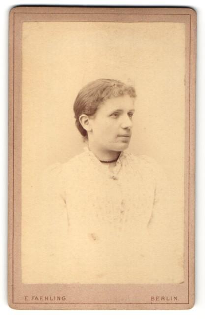 Fotografie E. Faehling, Berlin, Portrait junge Frau im weissen Kleid