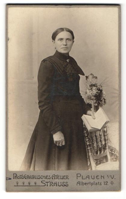 Fotografie Atelier Strauss, Plauen i. V., Edeldame mit Buch im schwarzen Kleid