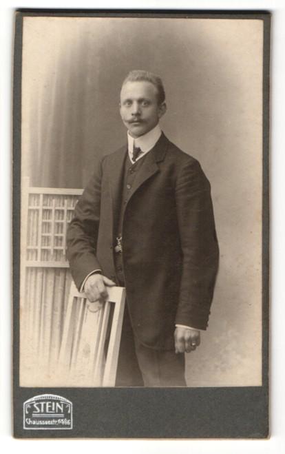 Fotografie Atelier Stein, Berlin, Edelmann trägt Anzug mit Krawatte