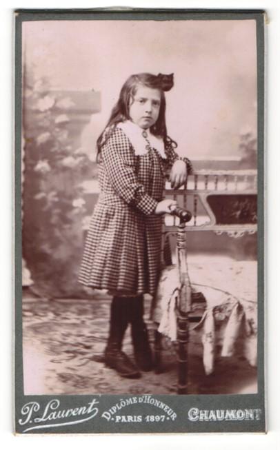 Fotografie P. Laurent, Chaumont, Mädchen mit Brosche trägt zünftiges Kleid