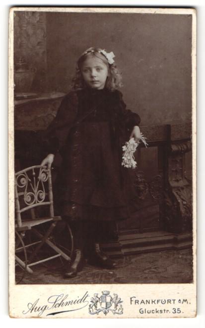 Fotografie Aug. Schmidt, Frankfurt / Main, Mädchen mit Haarreif im schwarzen Kleid