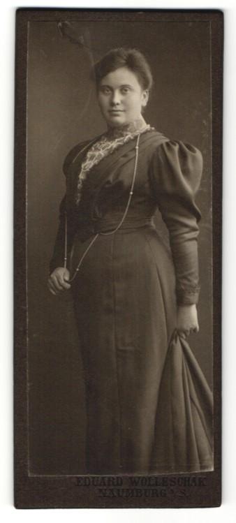 Fotografie Eduard Wolleschak, Naumburg a. S., Dame mit Halskette trägt elegantes Kleid