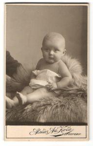 Fotografie Atelier Ad. Kolle, Göttingen, Baby auf Felldecke sitzend