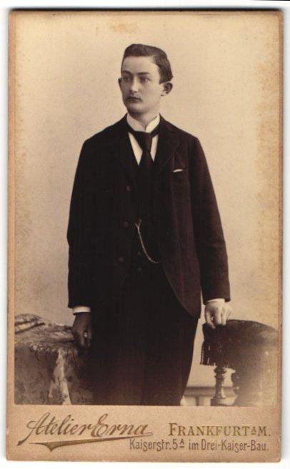 Fotografie Atelier Erna, Frankfurt / Main, junger Mann trägt eleganten Anzug