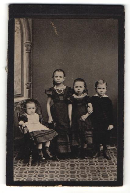 Fotografie Fotograf & Ort unbekannt, Mädchen mit Halskette im schwarzen Kleid nebst Knabe und Kleinkind