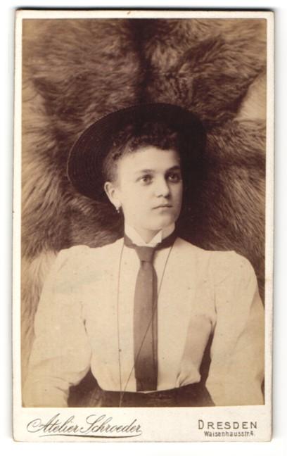 Fotografie Atelier Schröder, Dresden, hübsche junge Dame mit Hut im kleid mit Krawatte