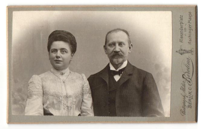 Fotografie Atelier Berolina, Berlin, Ehepaar vornehm gekleidet, Dame mit Halskette