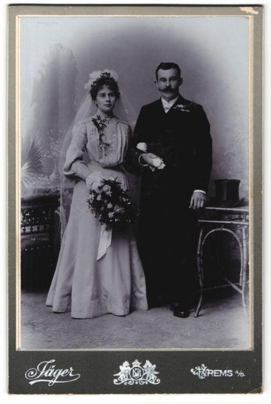 Fotografie Atelier Jäger, Krems a. D., Hochzeitspaar elegant gekleidet kurz nach der Trauung