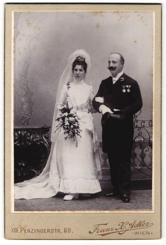 Fotografie Franz X. Adler, Wien, Hochzeitspaar kurz nach der Trauung, Bräutigam mit Orden