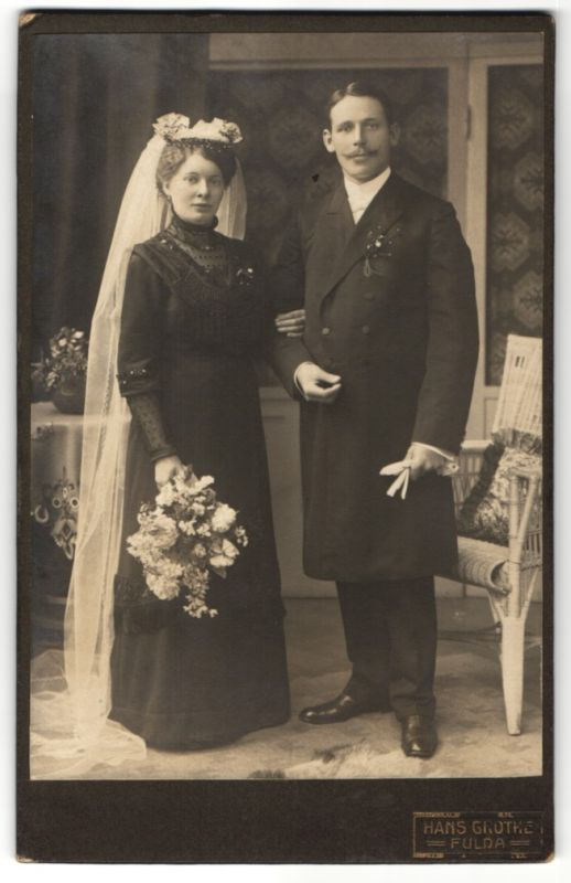 Fotografie Hans Grothe, Fulda, Hochzeitspaar im feinen Zwirn, Braut trägt schwarzes Kleid