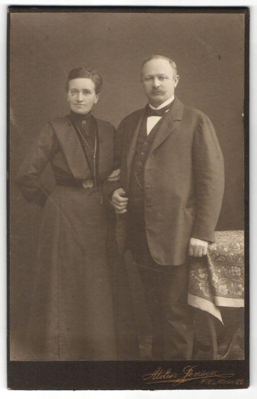 Fotografie Atelier Jensen, Kiel, Ehepaar festlich gekleidet, Dame mit Halskette und Brosche