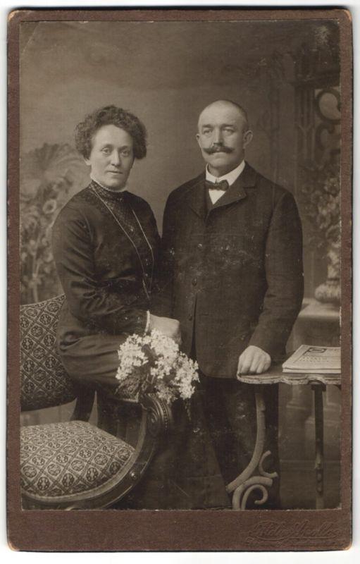 Fotografie Atelier Apollo Fritz Prügel & Co., Dresden, Ehepaar festlich gekleidet, Dame mit Halskette