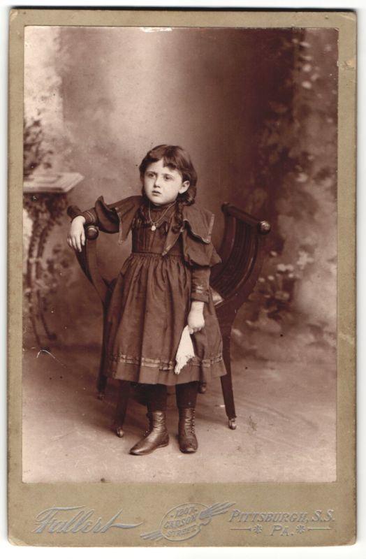 Fotografie Tallert, Pittsburgh PA, Mädchen mit Halskette im schwarzen Kleid