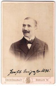 Fotografie Erich Sellin & Co., Berlin, Portrait Edelmann mit Bart trägt Anzug & Fliege