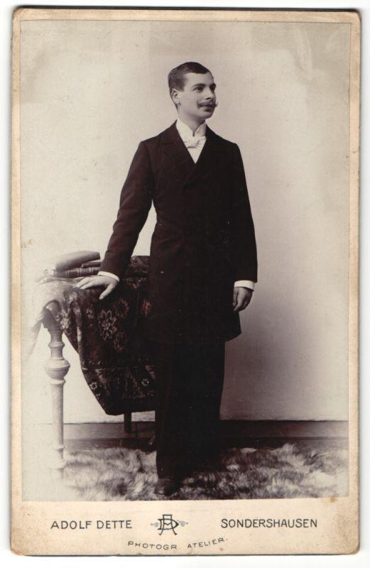 Fotografie Adolf Dette, Sondershausen, Edelmann mit Schnauzbart trägt eleganten Anzug