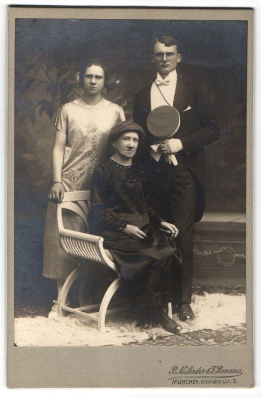 Fotografie B. Nieländer & T. Romauer, München, Dame im schwarzen Kleid, Bursche mit Schirmmütze, Mädchen im Sommerkleid