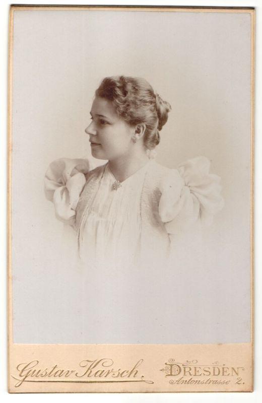Fotografie Gustav Karsch, Dresden, Portrait hübsche junge Dame im weissen Kleid