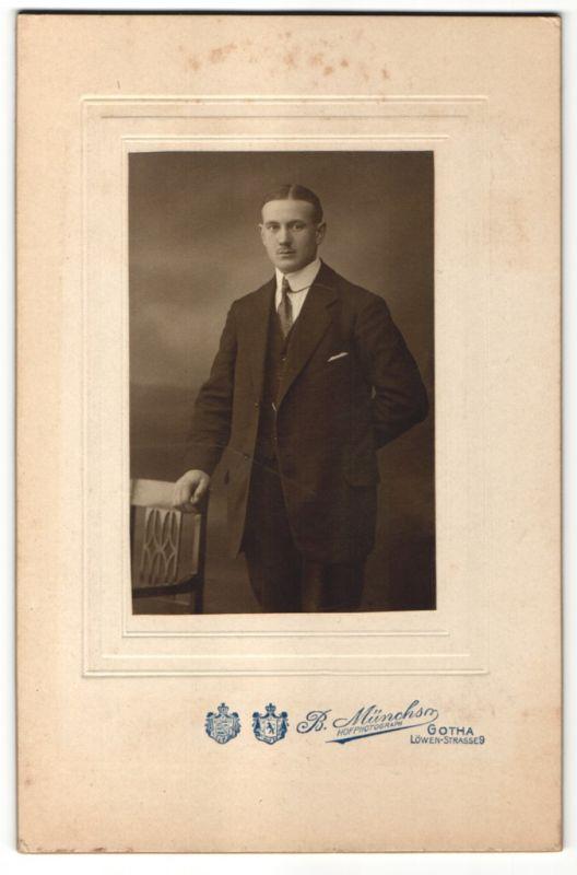 Fotografie B. Münchs, Gotha, Edelmann trägt Anzug mit Krawatte