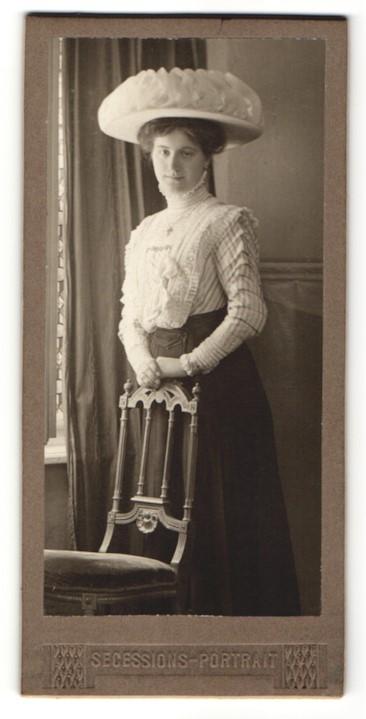 Fotografie A. v. Wutzelburg, Graz, hübsche Dame trägt eleganten Hut