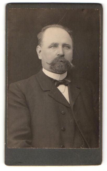 Fotografie Fotograf & Ort unbekannt, Portrait Edelmann mit Vollbart trägt Anzug & Fliege