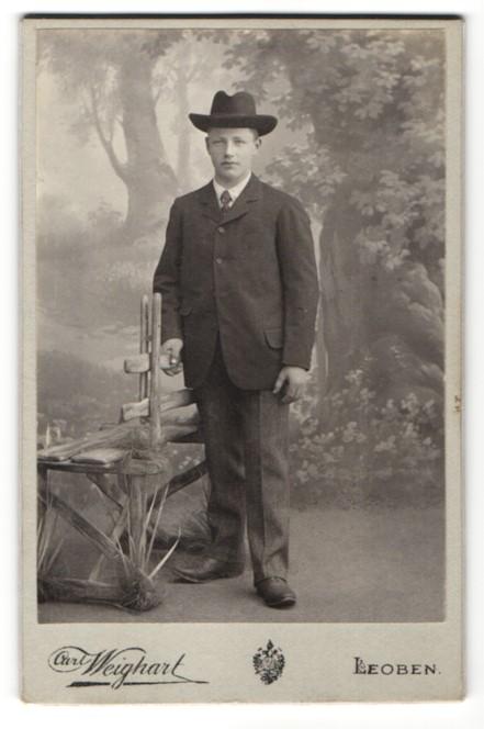 Fotografie Carl Weighart, Leoben, junger Mann im Anzug mit Hut