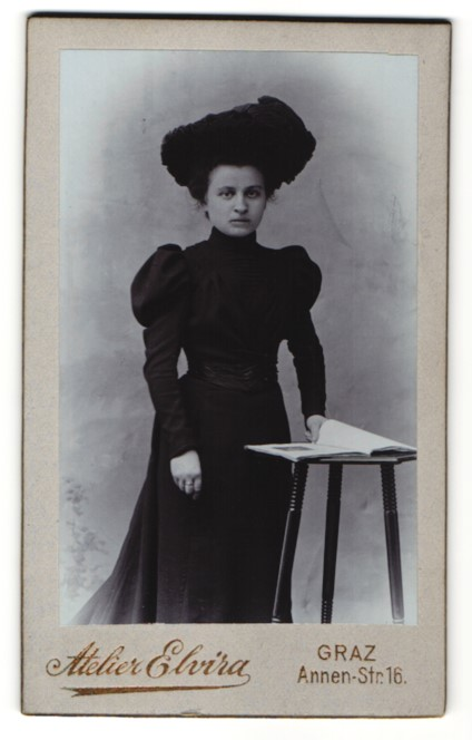 Fotografie Atelier Elvira, Graz, Portrait Bürgerliche im schwarzen Kleid mit Hut