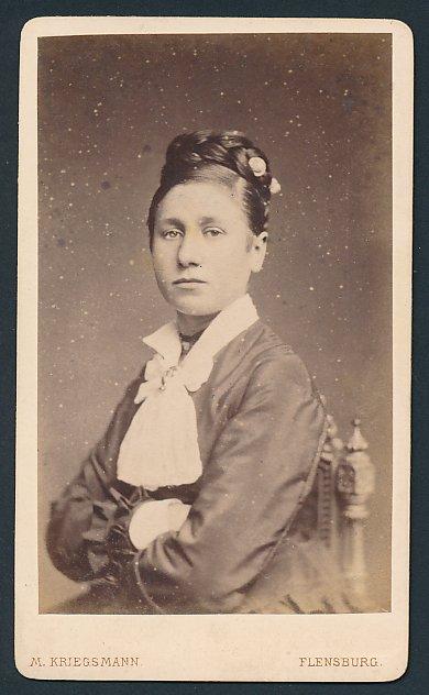 Fotografie M. Kriegsmann, Flensburg, Portrait junge Frau in Tracht