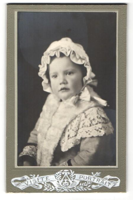 Fotografie unbekannter Fotograf und Ort, Portrait kleines Mädchen mit Haube