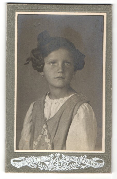 Fotografie unbekannter Fotograf und Ort, Portrait Mädchen mit geflochtenem Haar
