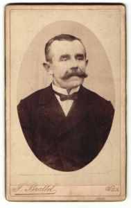 Fotografie J. Brattel, Wien, Portrait älterer Herr mit Schnauzbart