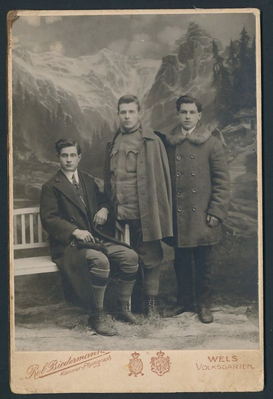 Fotografie Rob. Biedermann, Wels, Portrait zwei junge Herren und Soldat