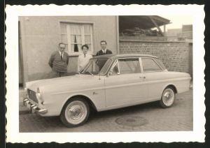 Fotografie Auto Ford Taunus 12m, junges Paar & Grossvater neben PKW stehend