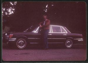 Fotografie Auto Mercedes Benz, Fahrer neben Luxus-Limousine