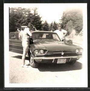 Fotografie Auto US-Car, Paar mit PKW am Strassenrand