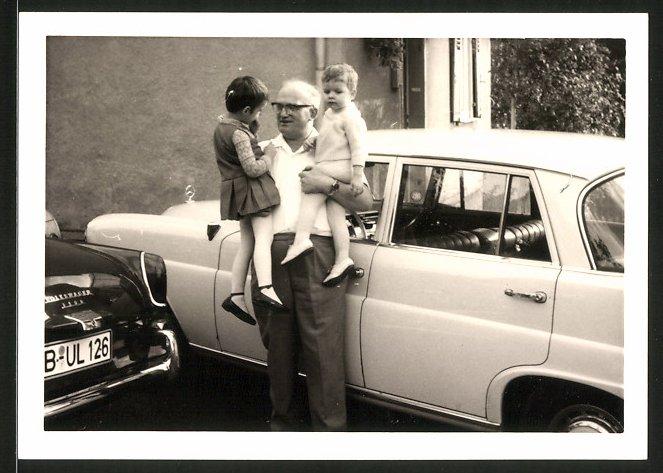 Fotografie Auto Mercedes Benz, Grossvater mit Enkelkindern neben Limousine
