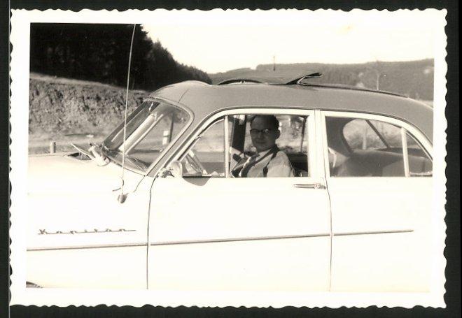 Fotografie Auto Opel Kapitän, Fahrer sitzt im PKW mit Faltdach