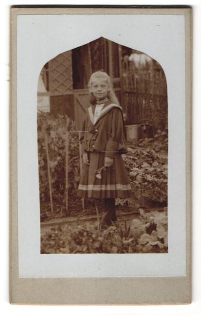 Fotografie unbekannter Fotograf und Ort, Portrait Mädchen in Garten