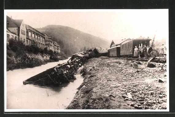 Foto-AK Eisenbahnkatastrophe, in einen Fluss gestürzte Waggons