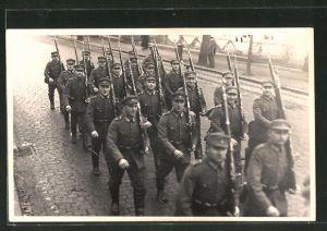 AK Stralsund, Soldaten in Unform marschieren mit Gewehr