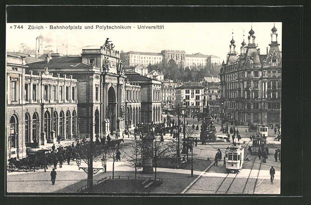 AK Zürich, Strassenbahnen auf dem Bahnhofsplatz mit Blick auf das Polytechnikum und die Universität
