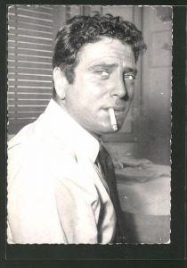 AK Schauspieler Raf Vallone mit Zigarette