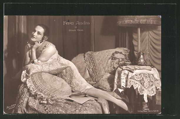 AK Schauspielerin Fern Andra in ihrem Heim am Telefon