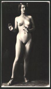 Fotografie Ludwig Geier, Aktmodel, Frauenakt posiert vor schwarzem Hintergrund